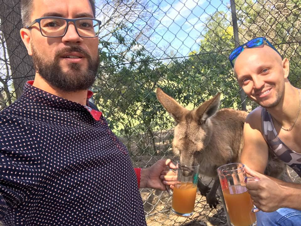 Кирилл Стафичук (руководитель новосибирской компании Brotech), Марк Пчельников (совладелецLiving Craftworks) и один из первых дегустаторов напитка — кенгуру
