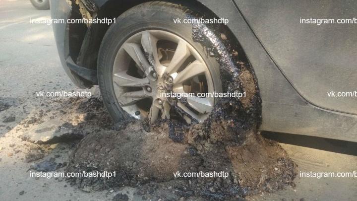 Асфальт намотало на колеса: в Уфе автомобилист попал в ловушку