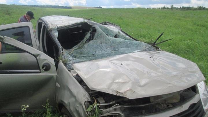В Башкирии водитель на крутом повороте слетел с дороги в кювет