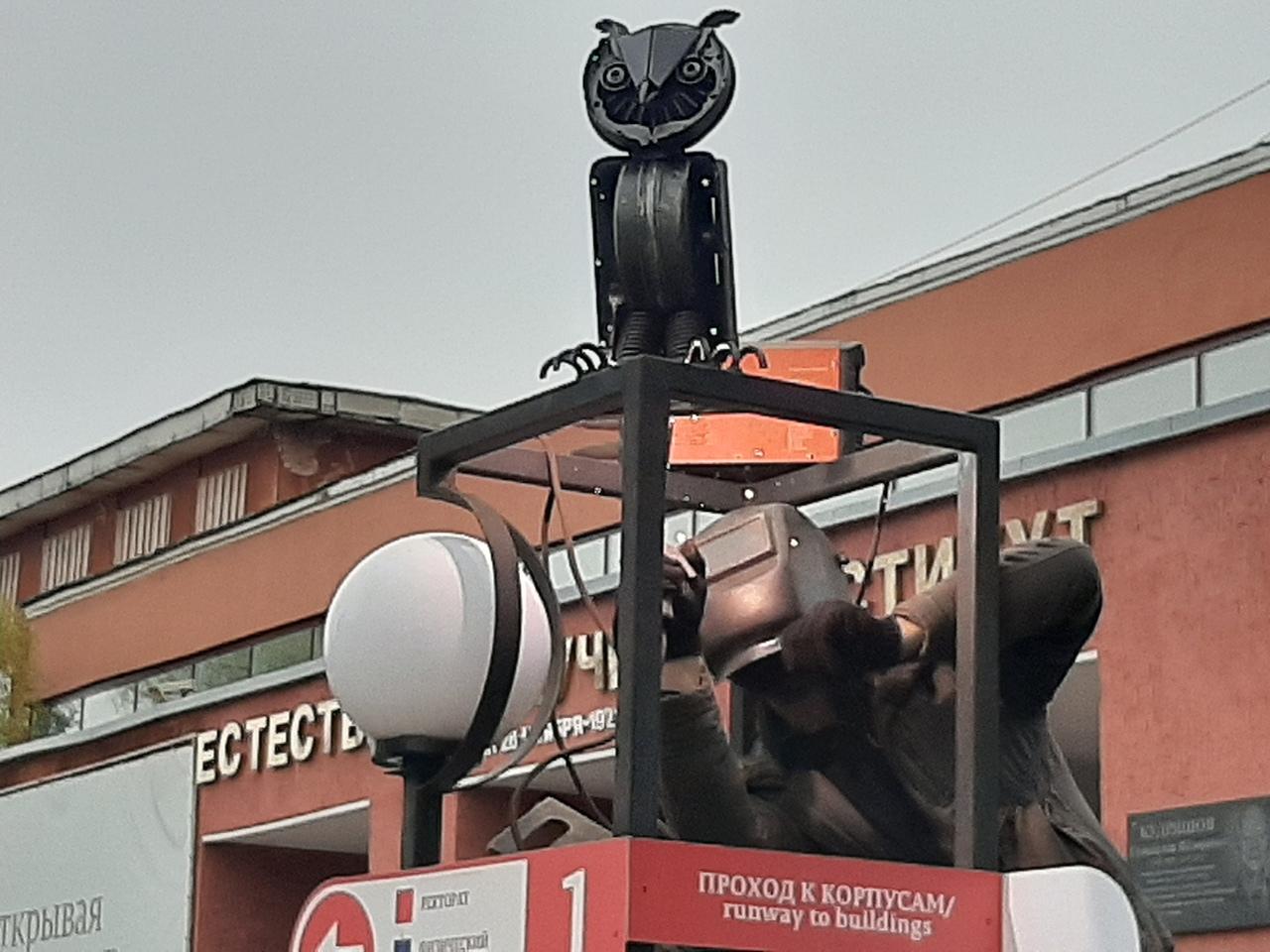 Установка совы. Чтобы ее установить прочно, скульптуру пришлось приварить
