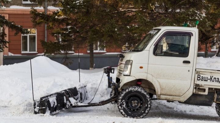 Новосибирец приделал на машину ковш для расчистки снега и теперь смеется над дорожниками
