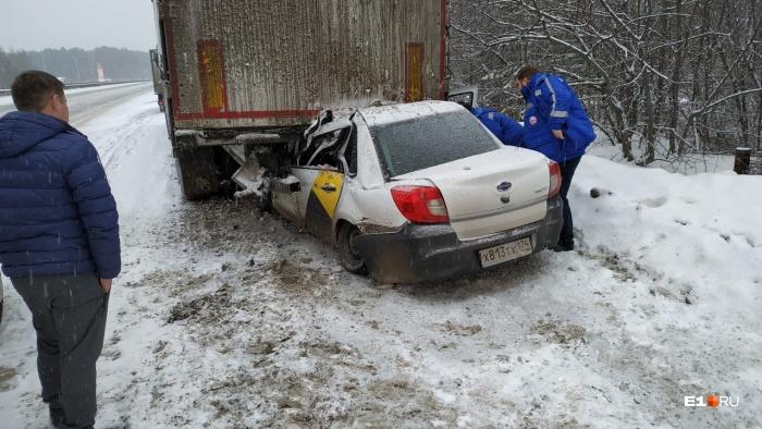 Легковушка врезалась в грузовик, стоявший на обочине