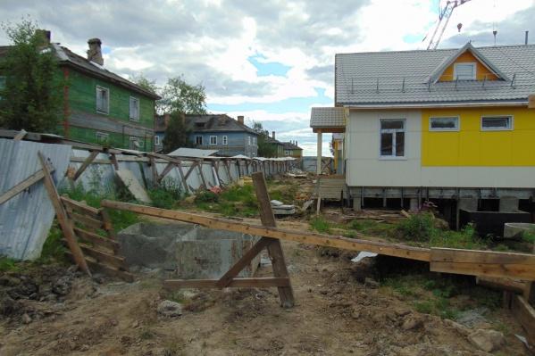 Старое ветхое дошкольное учреждение закрыли, воспитанников распределили по другим детсадам, а новое здание — пока что в таком состоянии<br><br>