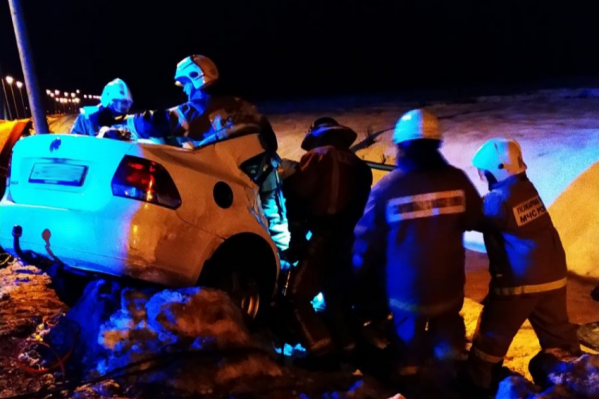Тела погибших из покорёженного автомобиля вытаскивали пожарные со специальным инструментом<br>