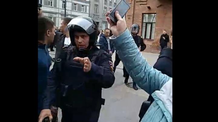 Корреспондента НГС задержали во время видеотрансляции с несанкционированного митинга