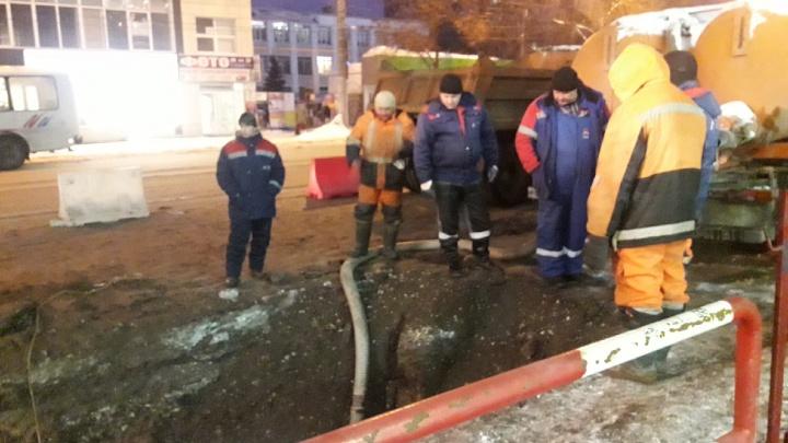 Дыра и потоп: около торгового центра «Аврора-молл» прорвало водопровод