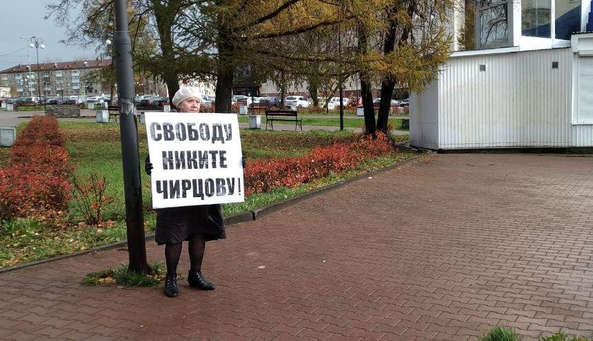 Бабушка фигуранта «московского дела» Никиты Чирцова вышла на одиночный пикет в Березниках