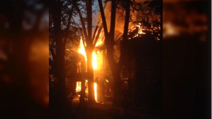 В Уфе в микрорайоне Затон ночью загорелся двухэтажный дом