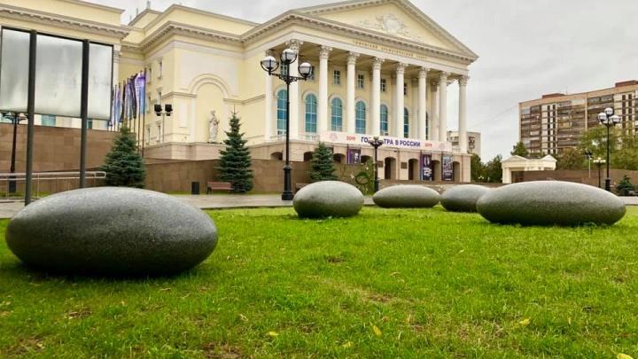 На площади 400-летия Тюмени появились «яйца драконов»: рассказываем, откуда они взялись