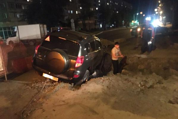 Очевидцы утверждают, что вокруг ямы не было подсветки