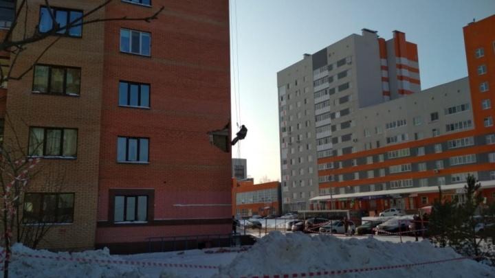Закрыли сеткой и арматурой: в Уфе восстановили фасад дома, с которого падали кирпичи