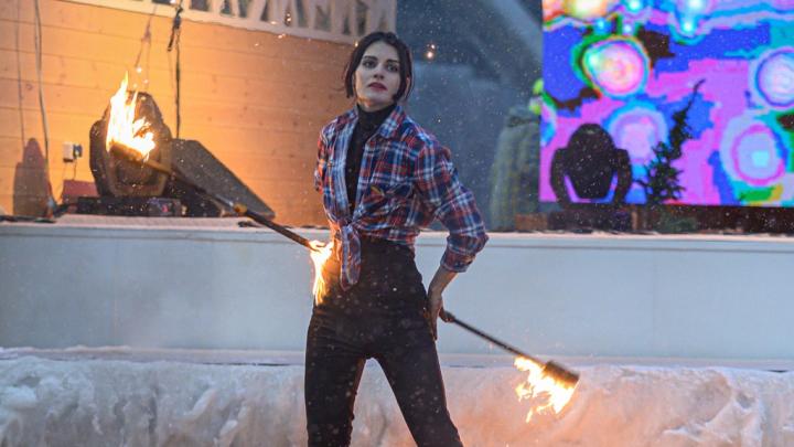 Тушила сама себя: в Волгограде на шоу «Рождественское пламя» загорелась одна из артисток