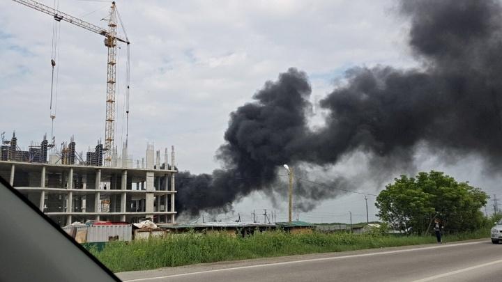 Всё вокруг окутало густым черным дымом: что горит за «Сити Моллом»