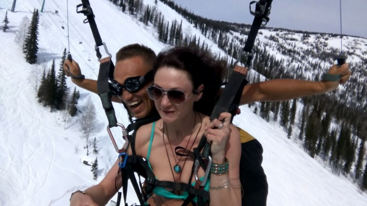 Сибирячка в бикини и сноубордист с голым торсом пролетели на параплане над Шерегешем