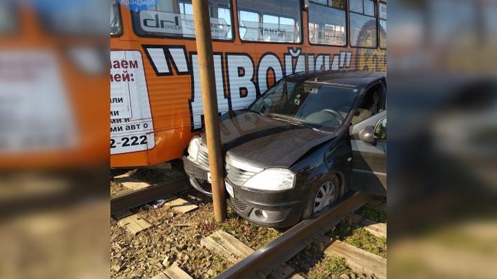 Легковушку впечатало в столб: на северо-западе Челябинска из-за аварии на путях встали трамваи