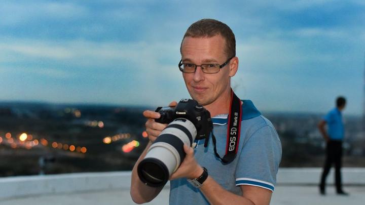 «Везут в райотдел»: в Волгограде учителя и полиция задержали редактора V1.RU Николая Смурова