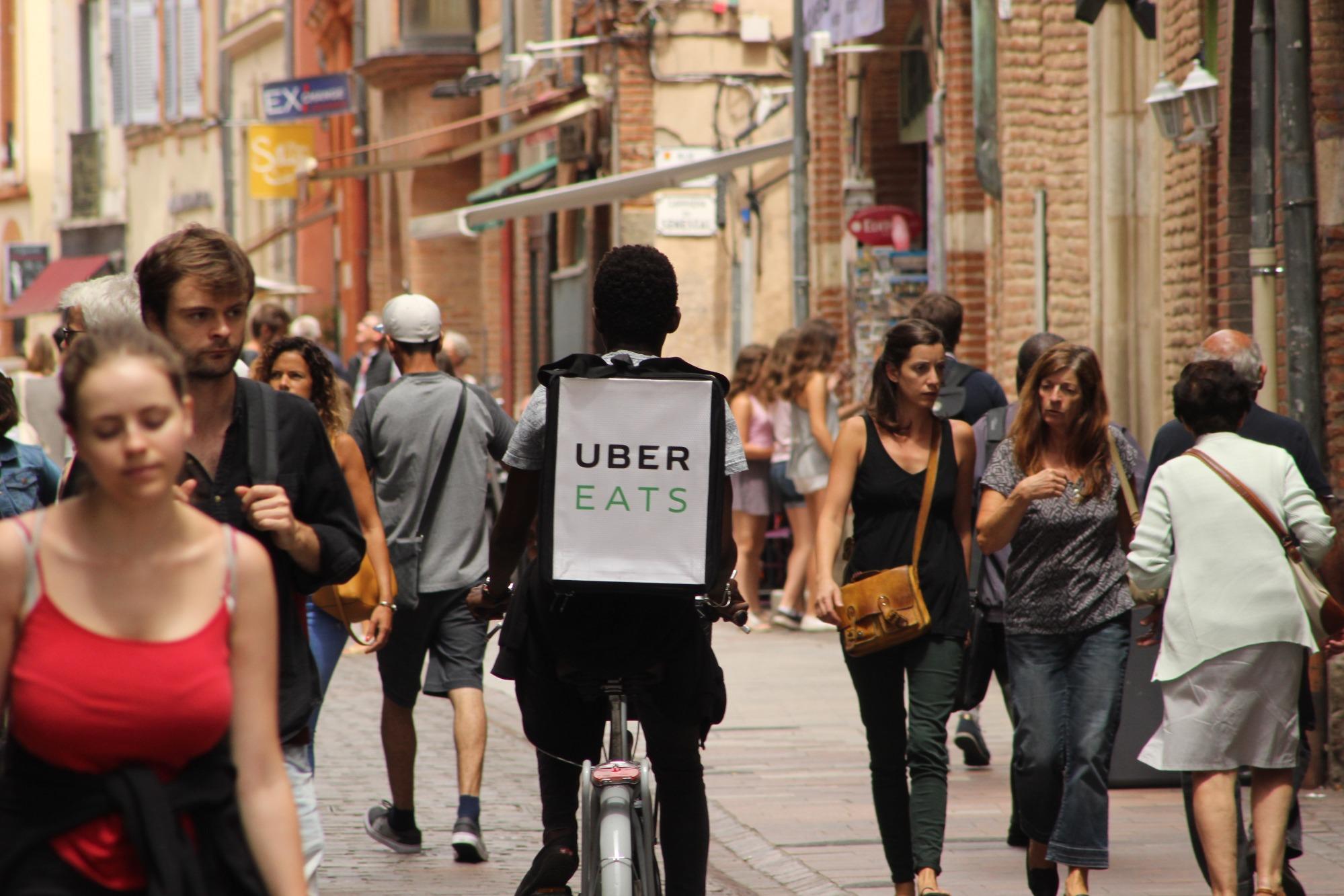 На узких улицах в центре Тулузы велосипедисты –доставщики еды встречаются едва ли не чаще автомобилей
