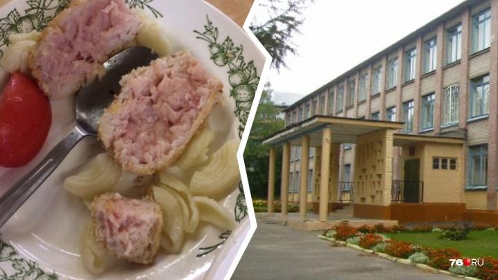 «Деньги списаны, а дети голодные»: в Ярославле школьникам в столовой дали сырые котлеты