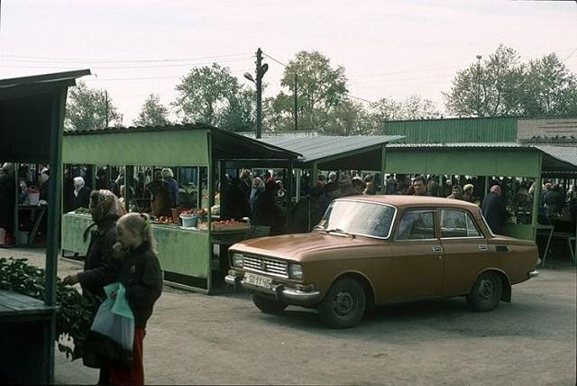 По одной из версий, Зелёный базар получил такое название, потому что прилавки и забор вокруг него красили в зелёный цвет