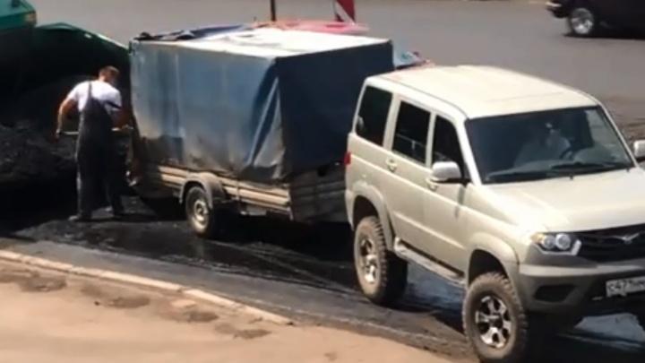 Сняли с поличным: дорожники в Сибирском переулке за деньги отгружают асфальт с улиц в частные авто
