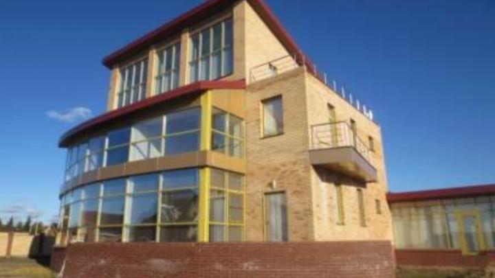 Бывшему владельцу омского ЦУМа пришлось расстаться с трехэтажным коттеджемиз-за долгов