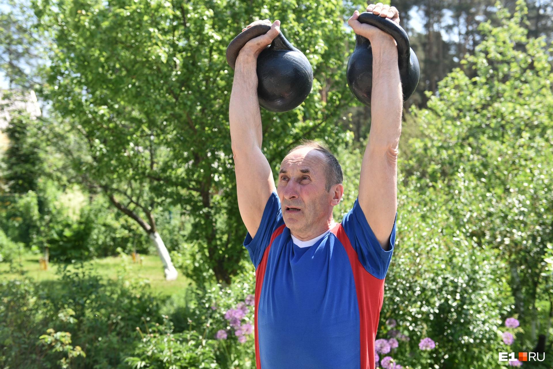 Это только на камеру Сергей делает вид, что ему тяжело; на самом деле жонглирует гирями, как резиновыми мячиками