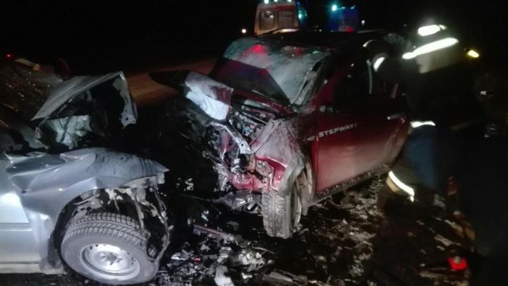 На трассе под Челябинском легковушки столкнулись лоб в лоб, оба водителя погибли