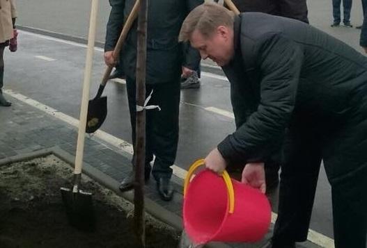 Мэр с розовым ведром: Анатолий Локоть и депутаты посадили яблони на набережной
