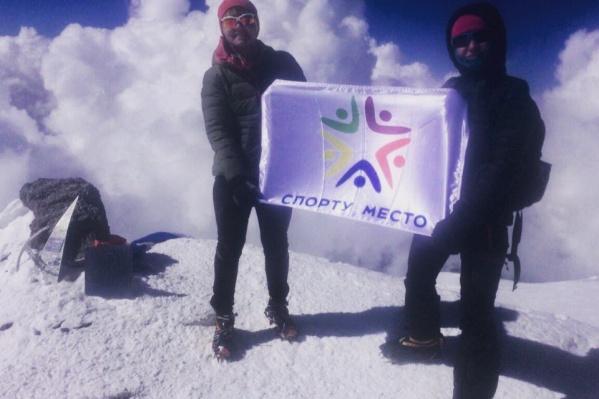 1 мая спортсменки из Новосибирска подняли флаг благотворительного проекта на вершину Эльбруса