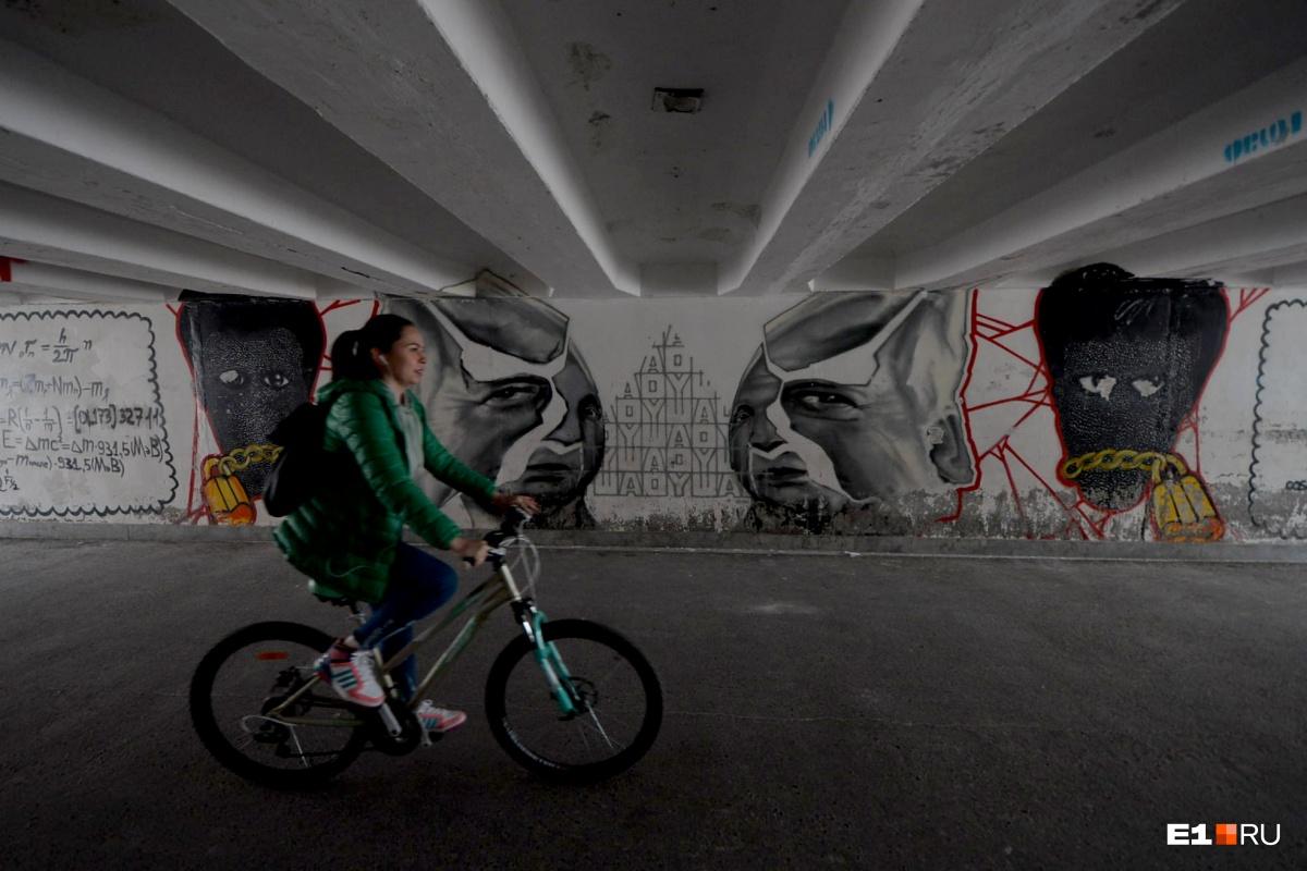 Сначала художникам пришлось шпаклевать стены перехода