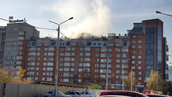Загорелась квартира элитного дома на Перенсона: пожарные спасли семерых