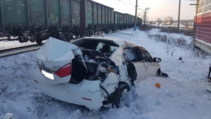Под Верхней Салдой женщина на Camry вылетела на железнодорожный переезд и врезалась в поезд