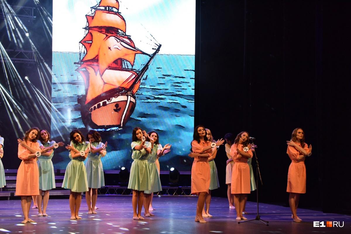 В этом году повести «Алые паруса» исполнилось 125 лет, поэтому девушки вышли на сцену в образах Ассоль, танцевали и читали проникновенные тексты