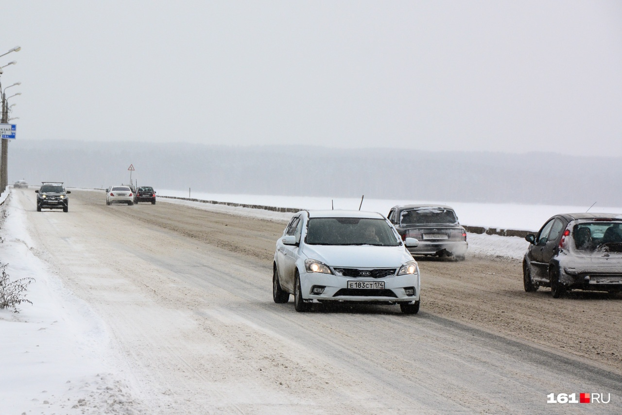 Сплошной осевой линии на дороге не видно, но выезжать на встречную полосу чревато