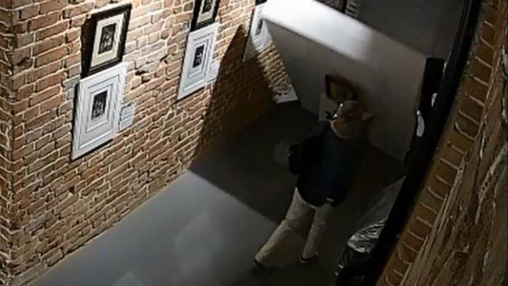 Как на самом деле уронили картину Дали в екатеринбургской галерее: полное видео ЧП