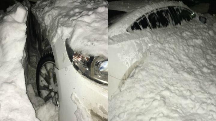 В Заозёрном микрорайоне снег с крыши дома упал на припаркованные машины