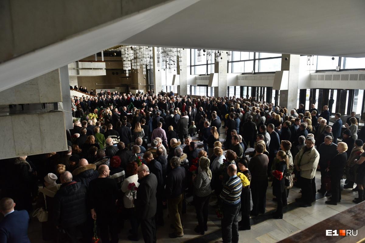 На прощание пришли сотни людей