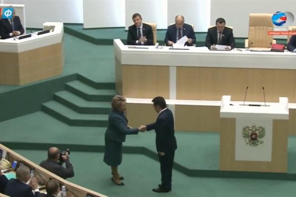Удостоверение Ирек Ялалов получил из рукВалентины Матвиенко