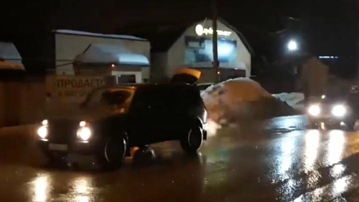 Шесть машин одновременно пробили колеса в дорожной яме в Уфе. Водители сняли видео