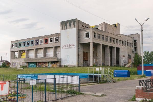 Здание стоит недостроенным несколько десятков лет