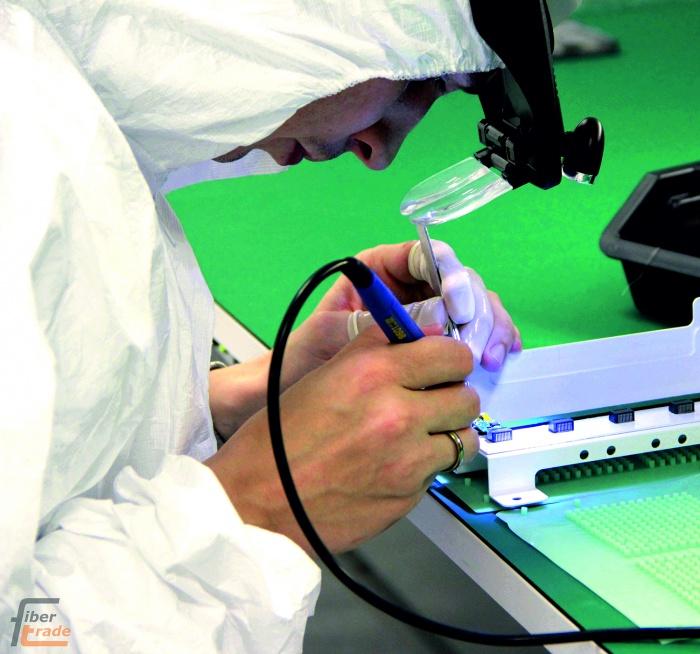 На заводе по производству волоконно-оптических трансиверов