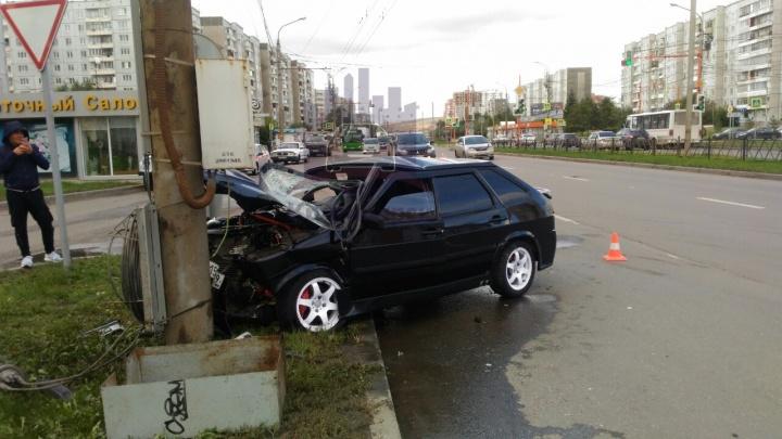 ВАЗ улетел в столб после столкновения с поворачивающей «Тойотой». Водителя увезли без сознания