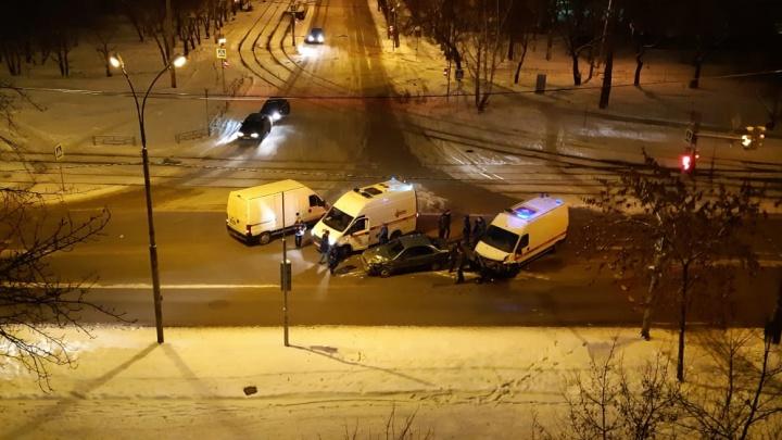 В Екатеринбурге легковушка протаранила скорую, которая ехала со спецсигналами на вызов к ребенку