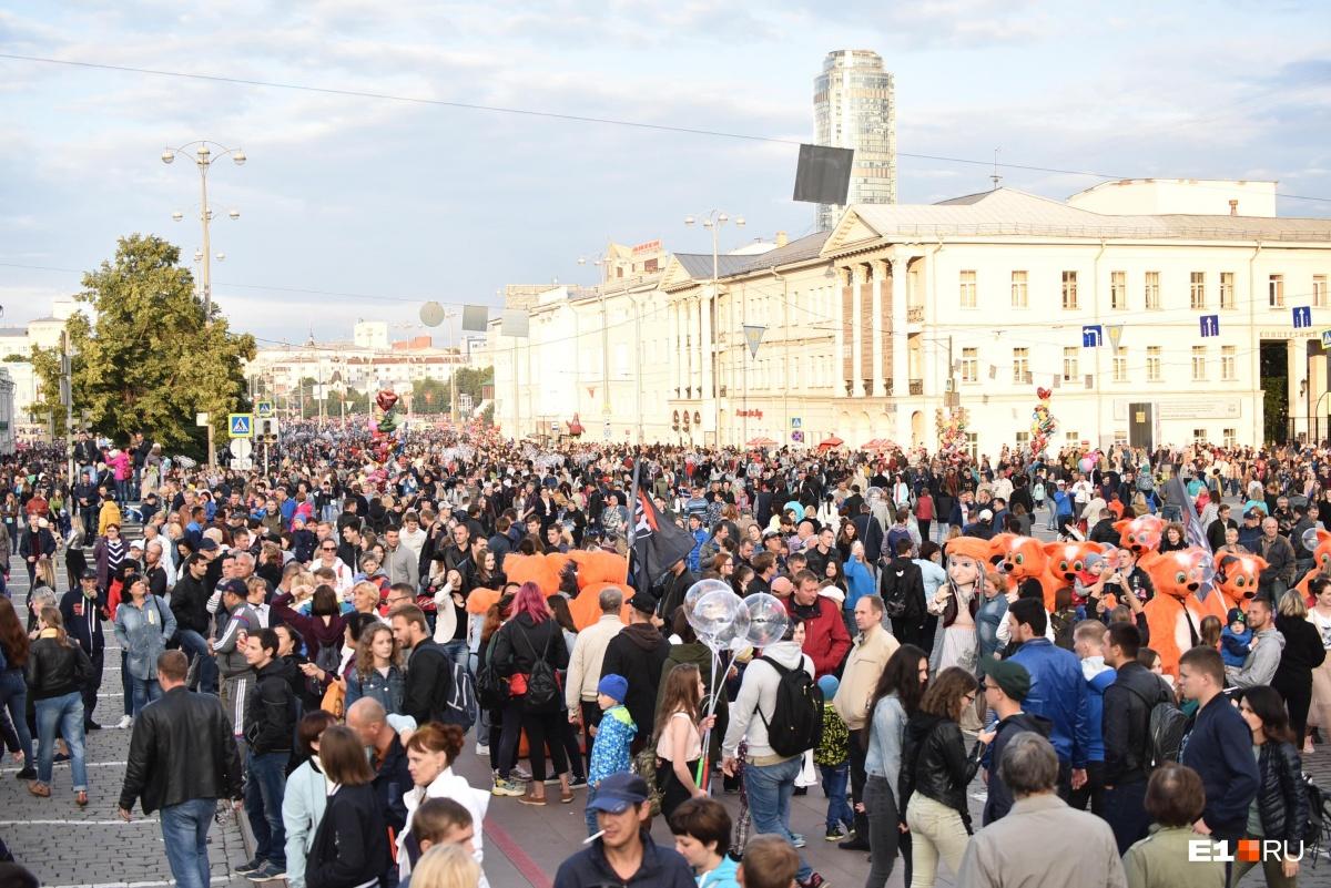 К вечеру толпа собралась у огромной сцены-магнитофона на площади 1905 года