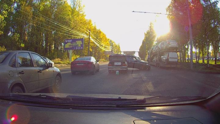 Водитель разбил лобовое головой: на Ленинградском проспекте тройная авария