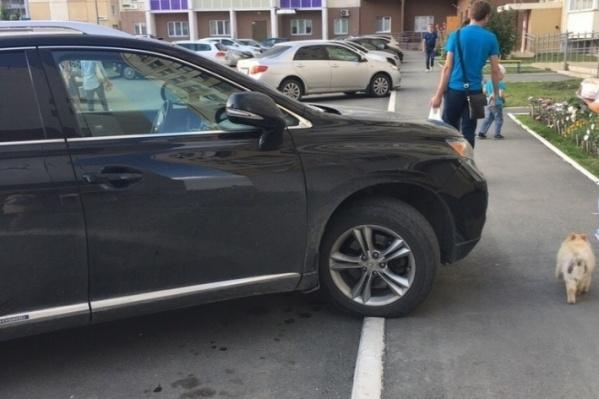Это снимок из рубрики «Я паркуюсь, как баран»: машина нашего героя стояла похожим образом.За парковку на тротуаре Владимиру положен штраф в 1000 рублей, который в течение 20 суток можно заплатить со скидкой 50%. Ещё в районе 2000 он должен за саму эвакуацию