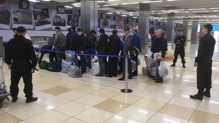 Свердловские приставы отправили на родину 12 мигрантов, которые подпольно гнали самогон