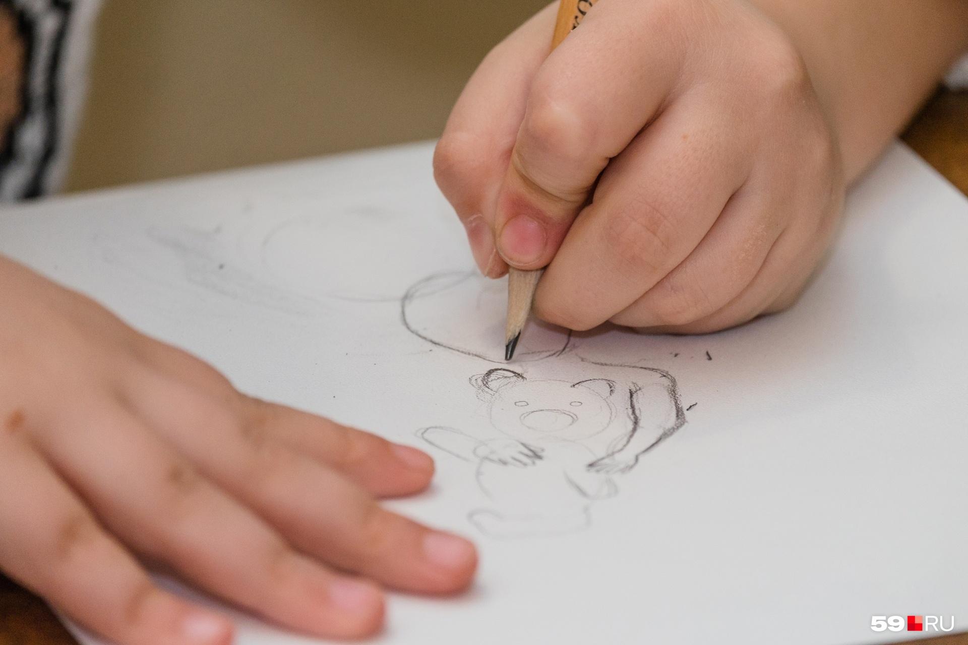 На занятиях дети рисовали, но многие родители не считают это образовательной услугой