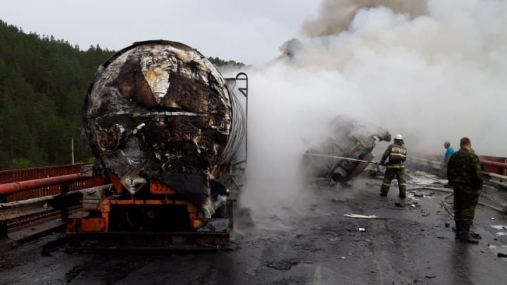 Движение перекрыто: на трассе в Челябинской области битумовоз загорелся из-за столкновения с фурой