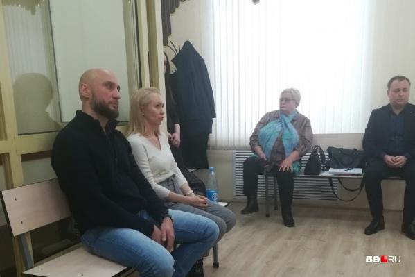 Сергей Каштанов частично вину признаёт. В том, что ударил молодых людей. Но не девушку.